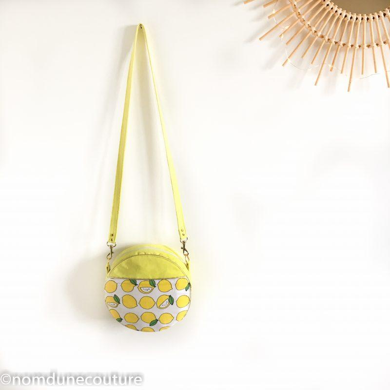 sac rond sun en suédine jaune et citrons avec passepoil