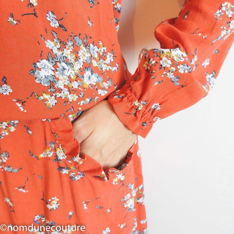 robe à poignets élastiqués et frou frou aux poches