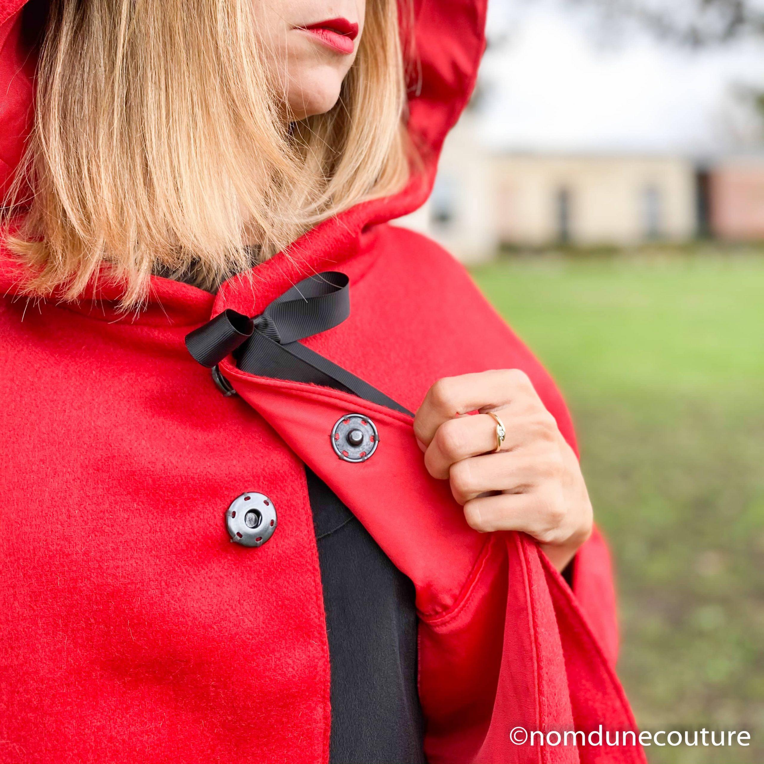 coudre une pression sur une cape ou un manteau
