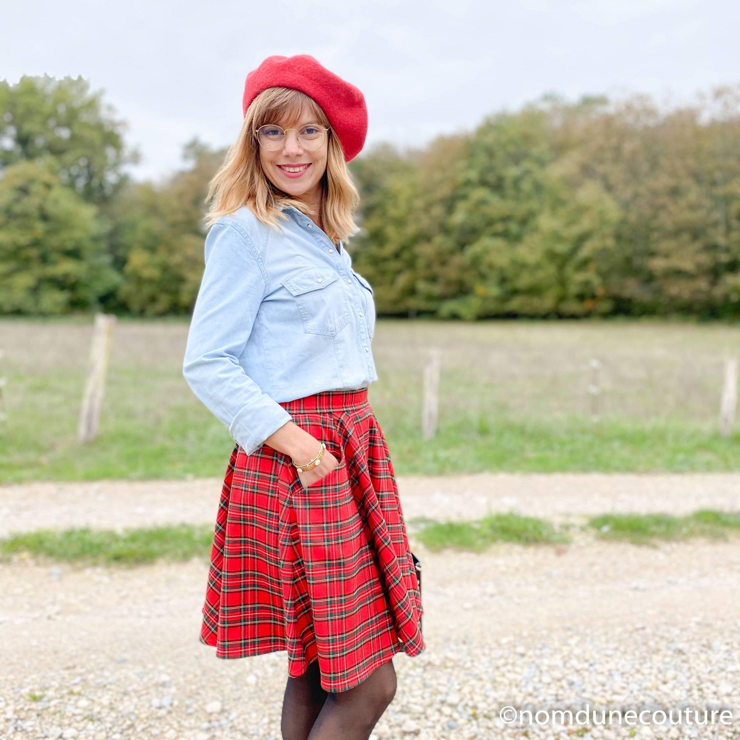 look jupe rouge chemise en jean et beret rouge